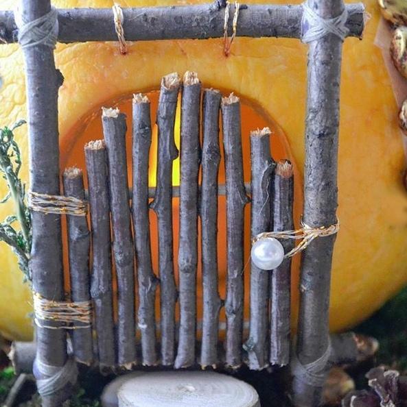 """Осенний фонарик в виде """"домика феи"""", сделанный из тыквы, арбузных семечек и крашеной фасоли"""