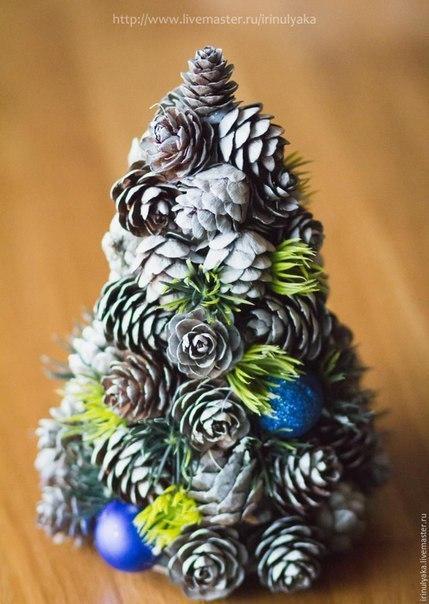 Новогодняя ёлочка из шишек