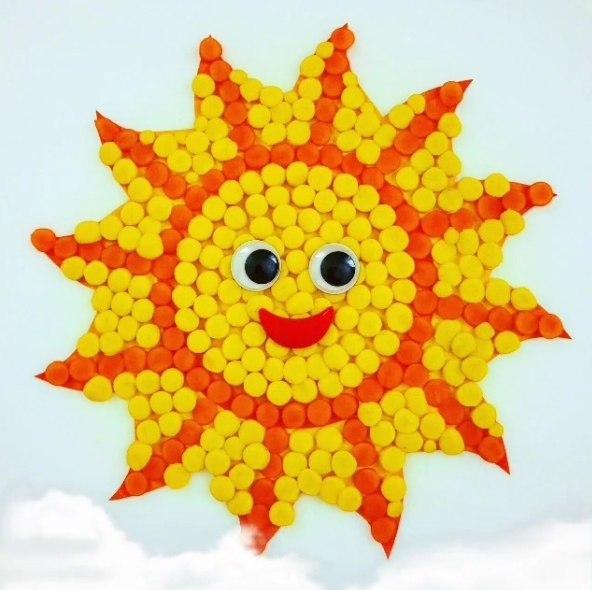 А это солнышко вылеплено из пластилина. основа для поделки - картон. из пластилина катаем шарики и п
