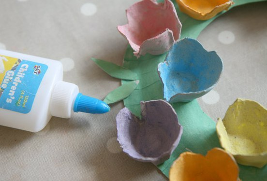поделки для детей. из картонной упаковки от яиц, одноразовой тарелки и декоративных помпонов можно