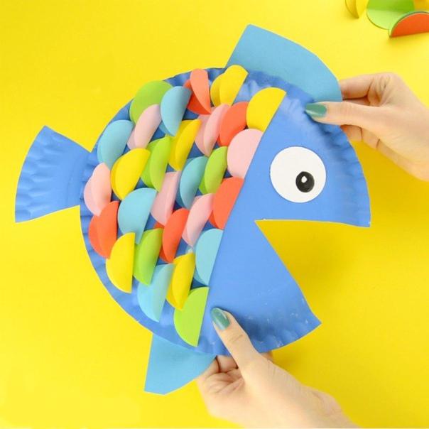 Поделки из бумаги и картона. симпатичная рыбка из одноразовой картонной тарелки и цветной бумаги.