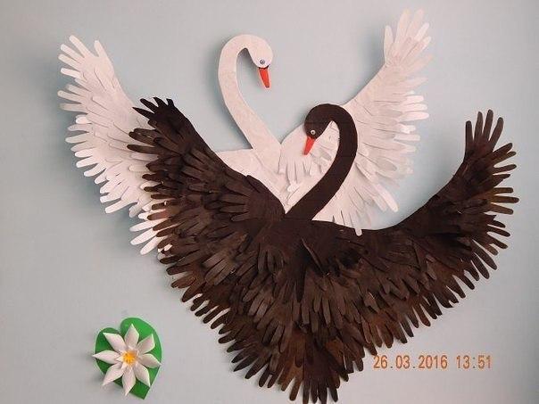 Лебеди из бумажных ладошек