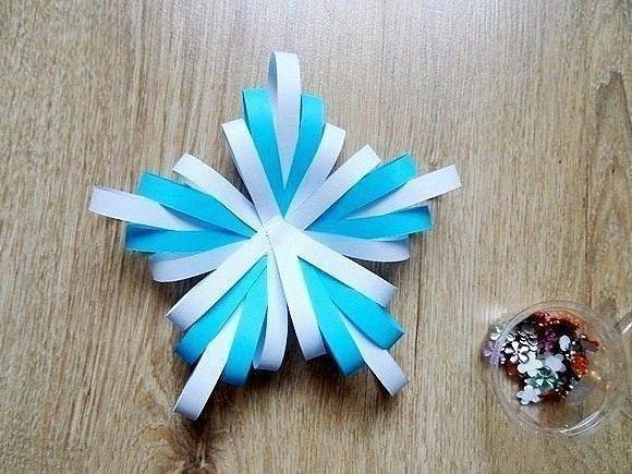 Объемная снежинка из бумажных полос.