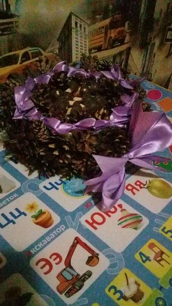 Осенняя подделка из шишек,а тласных ленточек и детских печенек грибочки, корзинка с осенними дарами.