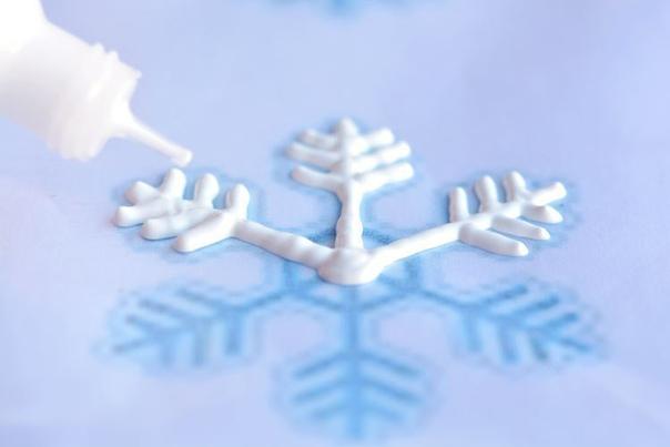 Необычные снежинки на окна из клея