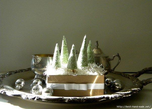 Мастерим елочку: обмазываем клеем конус и посыпаем солью