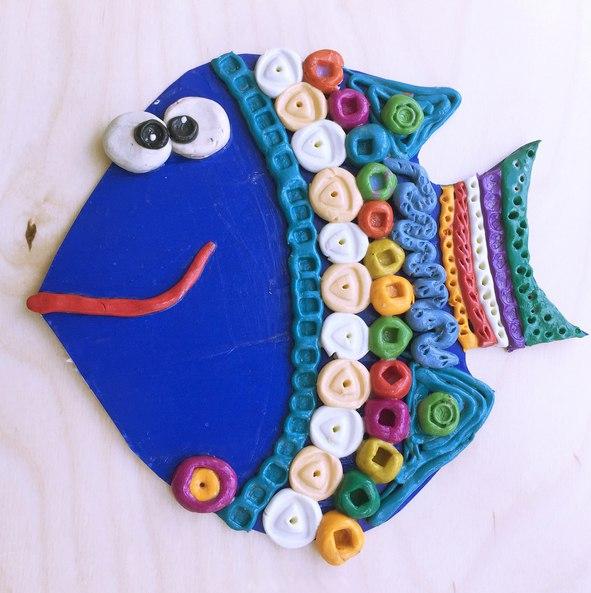 Поделки. рыбка из пластилина с использованием различных фактурных предметов, которые найдутся в любо