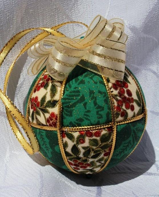 Декорируем с детьми заготовки елочных шаров остатками ткани