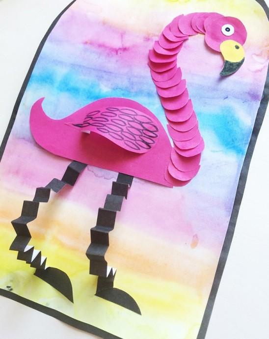 Фламинго с ногами из бумаги гармошкой