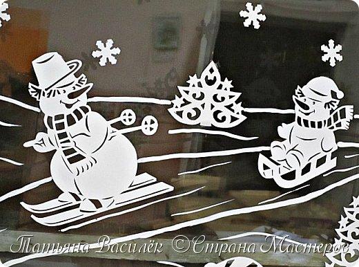 Весёлые снеговички: оформление окон вытынанками 3