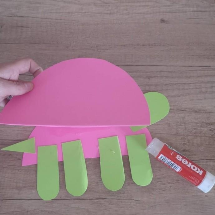 Ползущая черепашка из цветной бумаги 3