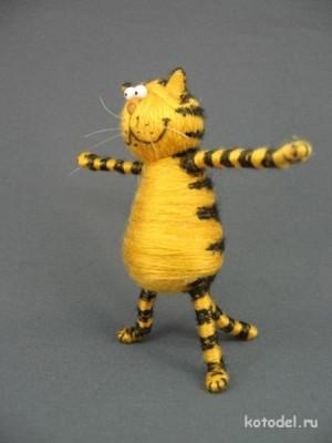 Довольный пузатый кот