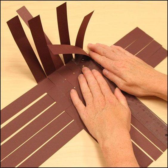 Складываем картонные корзинки с зайками