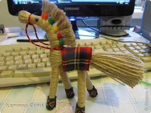 Лошадка из пряжи с пышной гривой