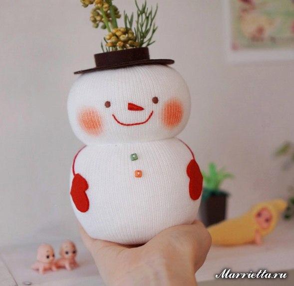 Снегoвик-oрганайзер из ноcка и бутылки