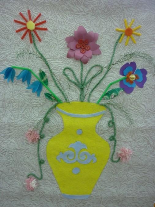 Цветы в вазе с использованием остатков обоев как фона
