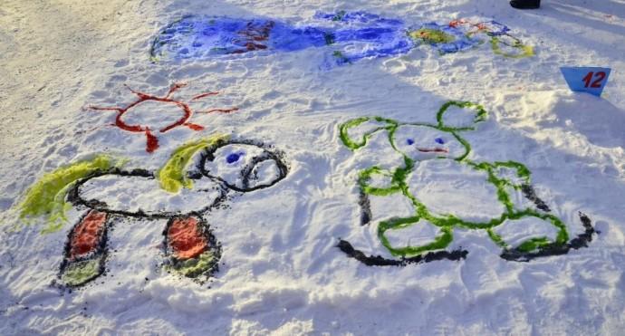 Рисование на снегу разноцветной водой 1