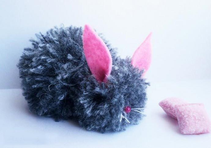 Мягкий кролик из помпонов