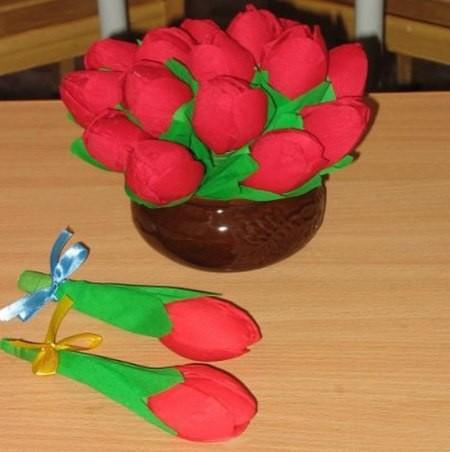 Букет тюльпанов из одноразовых ложек