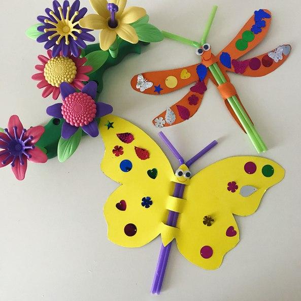 Бабочка и стрекоза из цветной бумаги и коктейльных трубочек