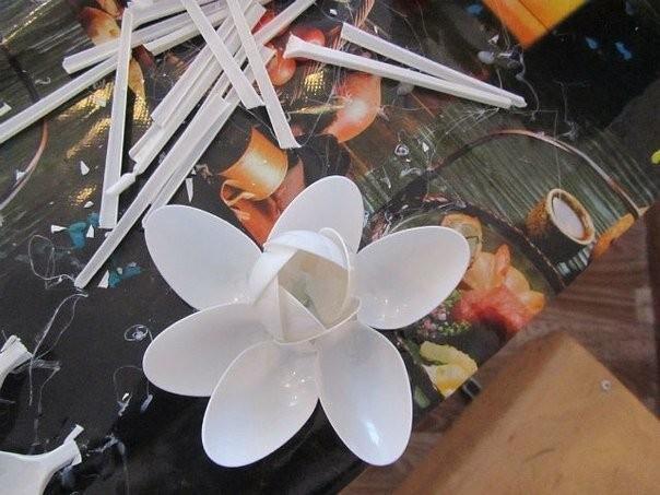 Лилия из пластиковых ложек