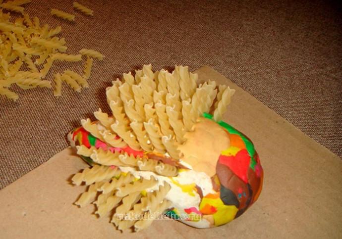 Ёжик из макарон и пластилина