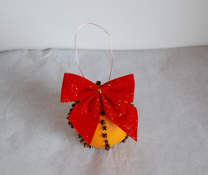 Ёлочная игрушка из апельсина с гвоздикой 7