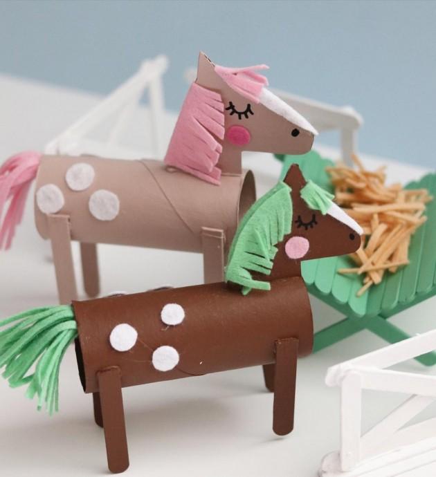 Симпатичные лошадки из картонных втулок и деревянных палочек от мороженого