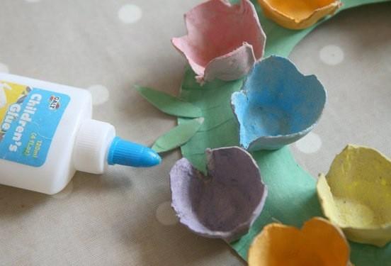 Цветочный венок из картонной упаковки