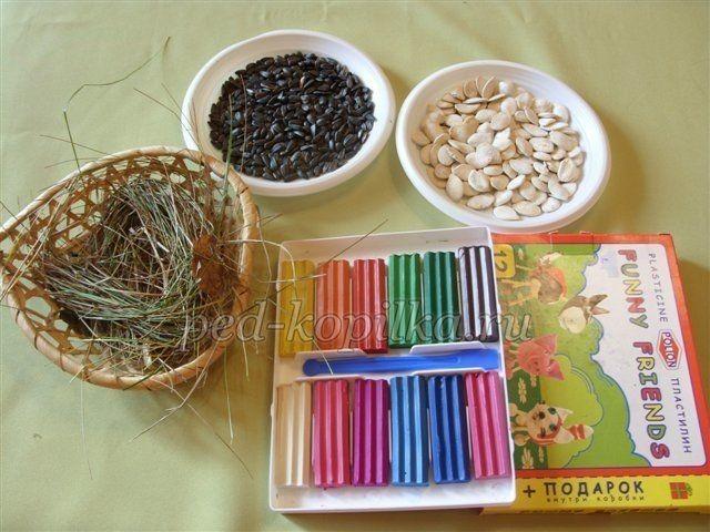 Курочка из пластилина и семечек