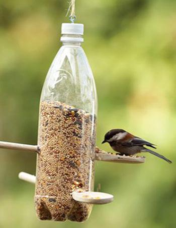 Простые кормушки для птиц из пластиковых бутылок