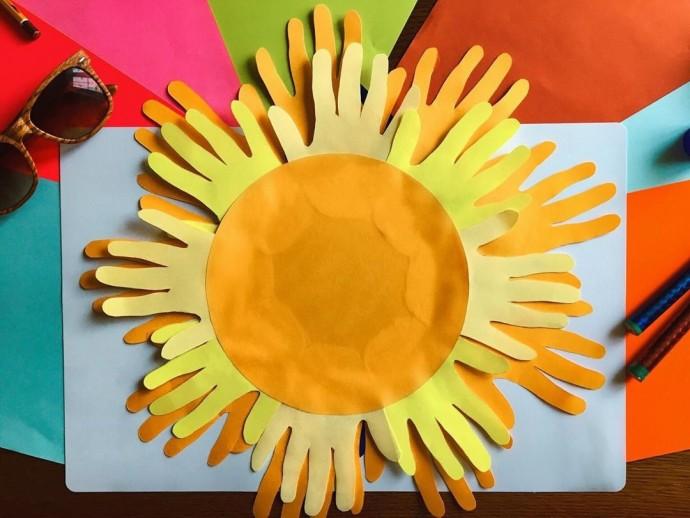 Солнышко в очках из бумажных ладошек