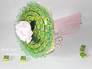 Конфетный букетик детскими руками можно сделать