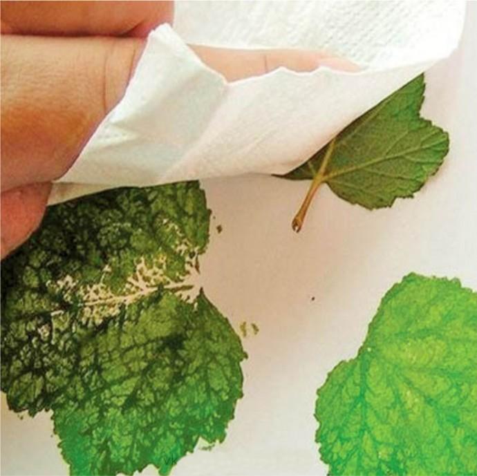 Рисуем веточку смородины при помощи смородинового листа