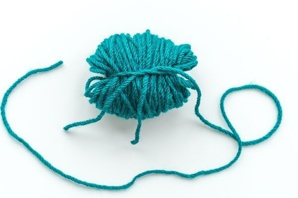 Закладки-сердечки из помпонов детскими руками