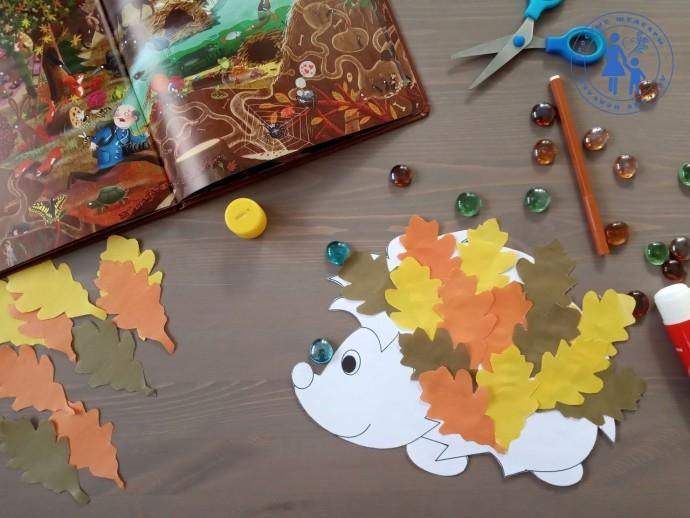 Ежик несет листья