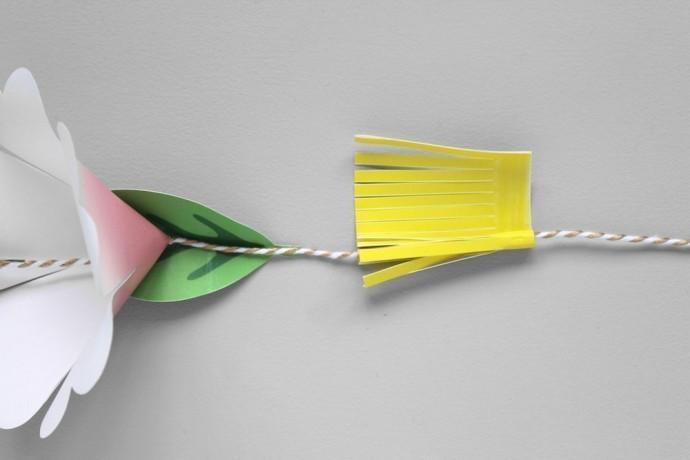 Гирлянда из бумажных цветов