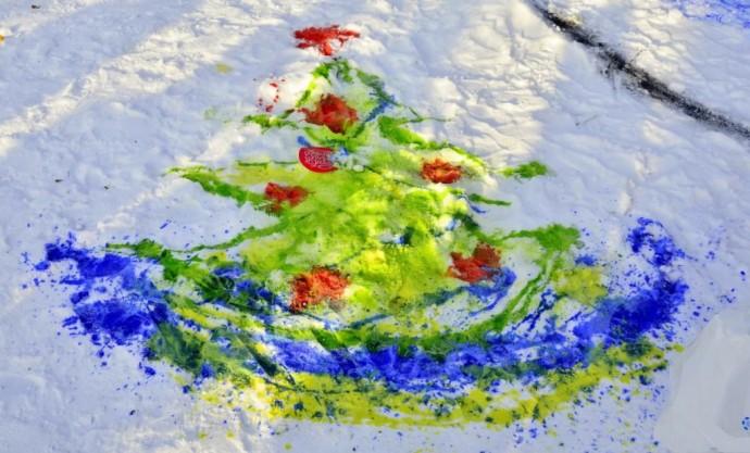 Рисование на снегу разноцветной водой 0