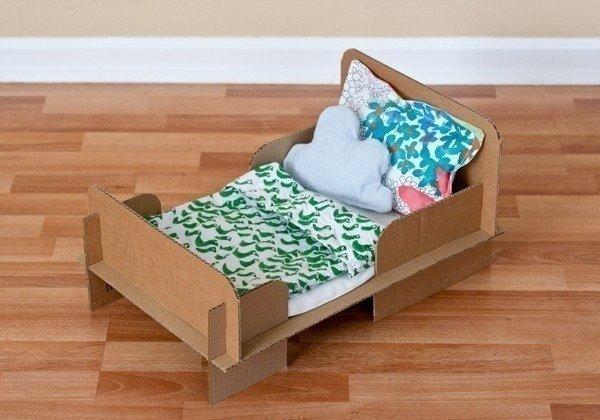 Кукольная кроватка из картонной коробки
