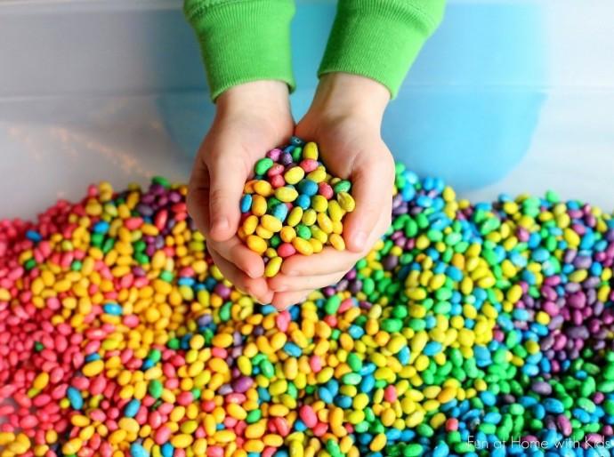 Цветная фасоль для сенсорных коробок