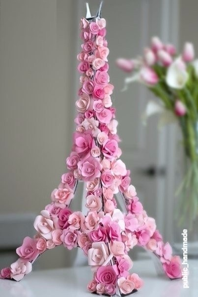 Эйфелева башня из бумаги, украшенная цветами