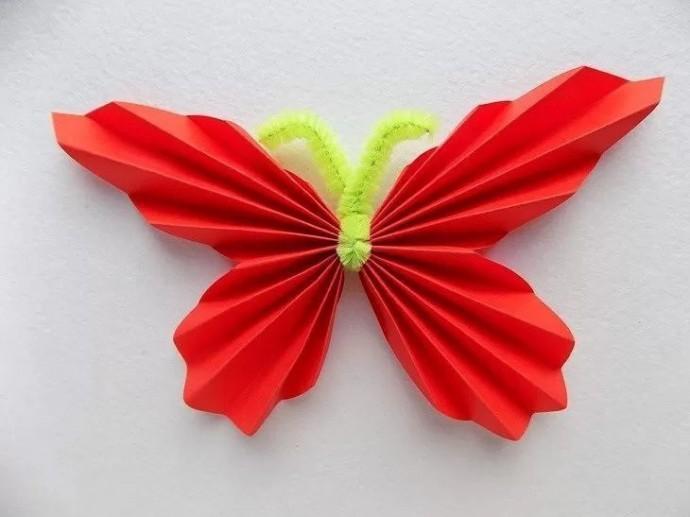 Бабочка из цветной бумаги и синельной проволоки