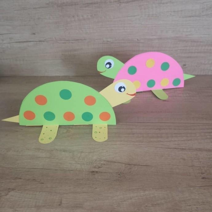 Ползущая черепашка из цветной бумаги 0