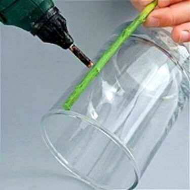 Делаем потрясающую вазу для бабушки из обычного стакана