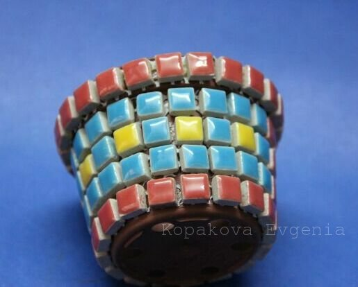 Декор цветочных горшков детскими ручками с помощью керамической плитки