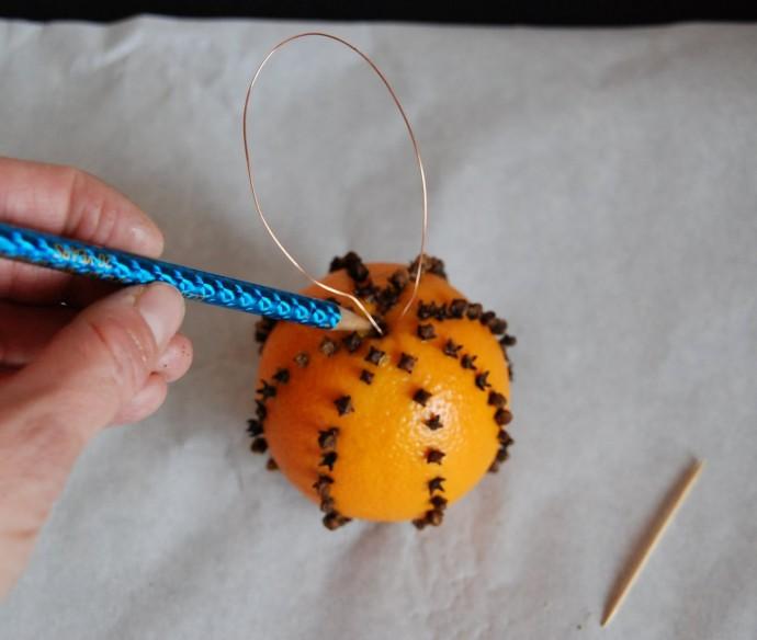 Ёлочная игрушка из апельсина с гвоздикой 6