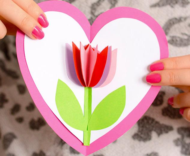 Чудесная открытка с тюльпаном внутри сердца 0