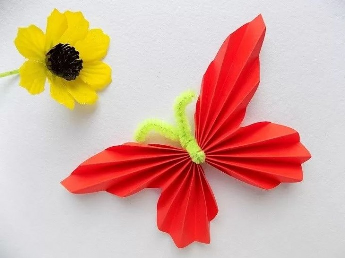 Бабочка из синельной проволоки и цветной бумаги