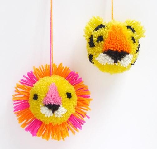 Яркие веселые игрушки из помпонов детскими руками