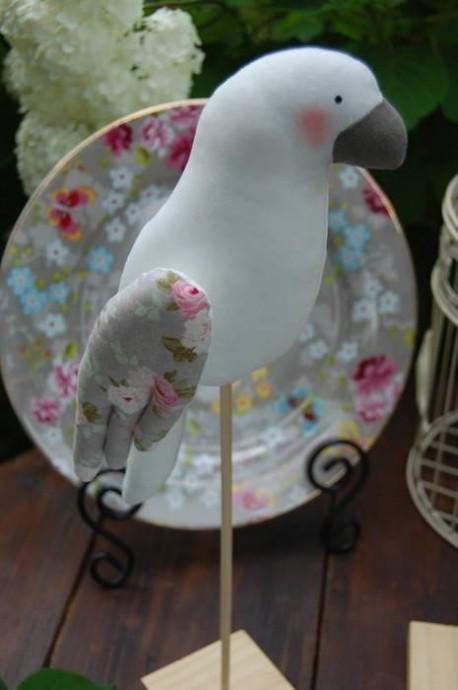 Попугай какаду на палочке